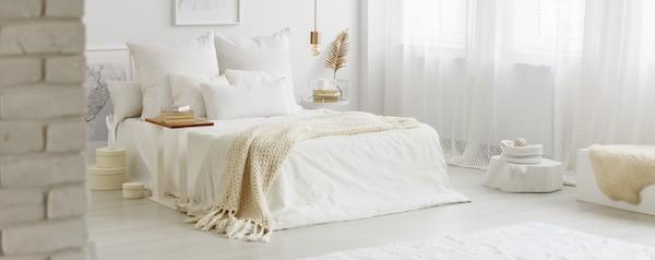 Einfaches Schlafzimmer in weiß