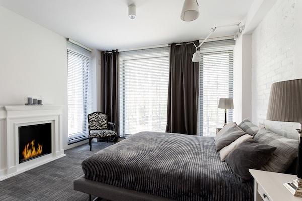 Luxus Schlafzimmer Idee in Grau mit Kamin