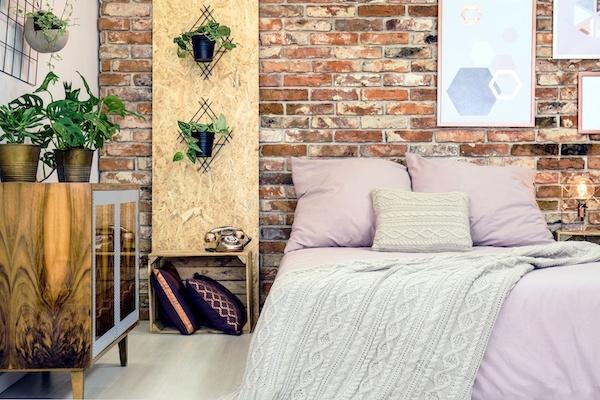 Schlafzimmer in Altrosa als Idee mit Holz und Pflanzen
