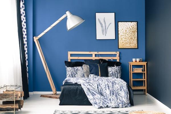 Schlafzimmer Idee dominantes Blau Dezent Holz Weiß