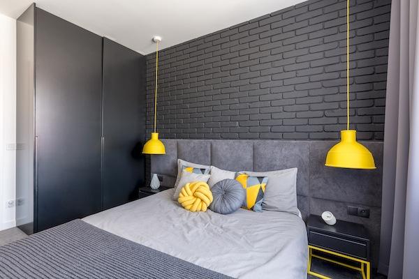 Schlafzimmer Idee in Dunkel Grau mit gelben Akzent
