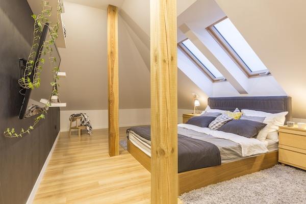 Schlafzimmer in Holz mit Balken