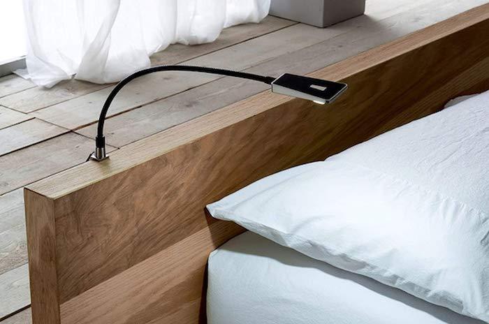 Schlafzimmer Lampe am Kopftiel vom Bett