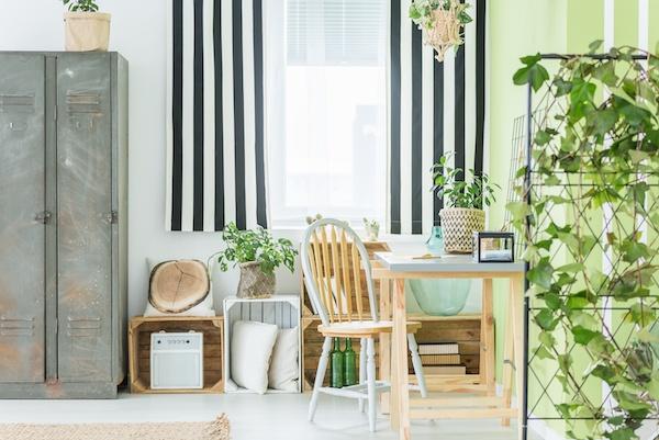 Schlafzimmer Deko mit viel Holz und Pflanten