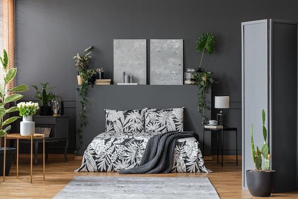 Schlafzimmer mit Schwarz und Natur